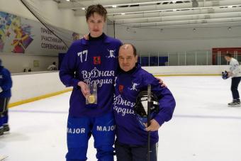 Заслуженные мастера спорта и любители вышли на лед